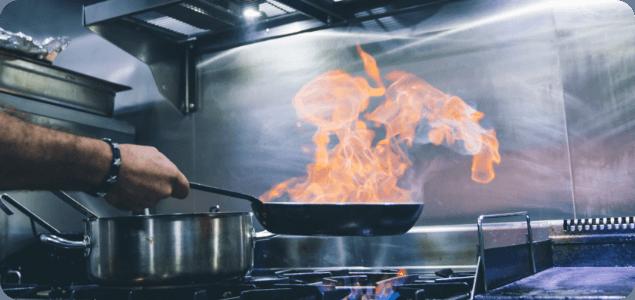 Uważaj na wypadki w kuchni! Bolesne oparzenie tłuszczem – co robić?